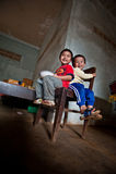 PAKSE, LAOS, el 14 de agosto: Una sentada no identificada del niño pequeño de Laos Imagen de archivo libre de regalías