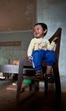 PAKSE, LAOS, el 14 de agosto: Una sentada no identificada del niño pequeño de Laos Imagen de archivo