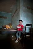 PAKSE, LAOS, il 14 agosto: Una seduta non identificata del ragazzino del Laos Fotografie Stock
