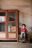 PAKSE, LAOS, le 14 août : Une séance non identifiée de petit garçon du Laos Photo stock