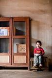 PAKSE, LAOS, le 14 août : Une séance non identifiée de petit garçon du Laos Photo libre de droits