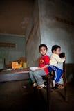 PAKSE, LAOS, le 14 août : Une séance non identifiée de petit garçon du Laos Image stock