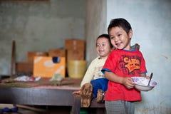 PAKSE, LAOS, le 14 août : Une séance non identifiée de petit garçon du Laos Photographie stock libre de droits