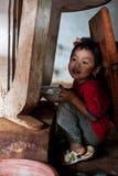 PAKSE, LAOS, le 14 août : Une séance non identifiée de petit garçon du Laos Photos stock