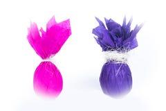 Pakujący Easter jajka w różnym koloru papierze zdjęcie royalty free