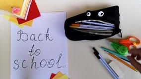 Pakujący ołówkową skrzynkę z powrotem szkoła stawia różnorodnego szkolnego materiał i daje w górę w nim, up?yw zbiory wideo