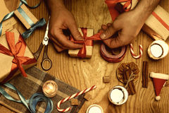 Pakujący prezent ręki boże narodzenia drewnianych Fotografia Stock