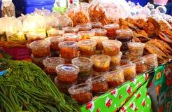 Pakujący jedzenie w Tajlandzkim rynku zdjęcia royalty free