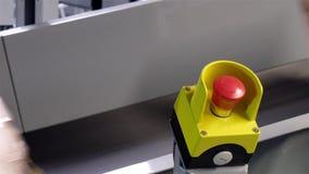 Pakuneczki przechodzi przeciwawaryjnej przerwy guzika zdjęcie wideo