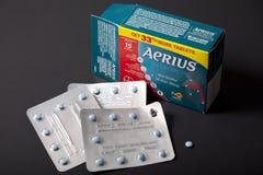 Pakunek Aerius alergii medycyna i pojedyncza pastylka na czarnym tle fotografia royalty free