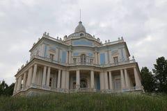 Palácio bonito sobre um monte Fotos de Stock Royalty Free