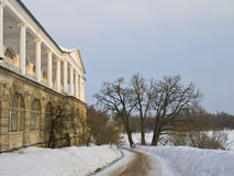 Palácio com as colunas no parque de Catherine. Imagem de Stock