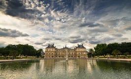 Palácio com opinião do lago Foto de Stock Royalty Free