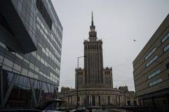Palácio da cultura e da ciência em Varsóvia, Polônia com céu nublado fotos de stock royalty free