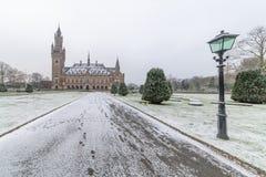 Palácio da paz, Vredespaleis, sob a neve fotografia de stock