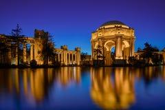 Palácio das belas artes na noite imagens de stock