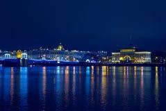 Palácio de Admiralty e de inverno em luzes azuis na noite de Natal fotografia de stock royalty free
