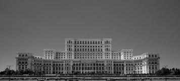 Palácio de Ceausescu do parlamento Bucareste Romênia no blacka e no branco fotografia de stock
