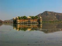 Palácio de flutuação no lago, Índia de Jaipur Foto de Stock Royalty Free