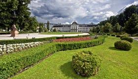 Palácio de Grasalkovich com jardim fotografia de stock