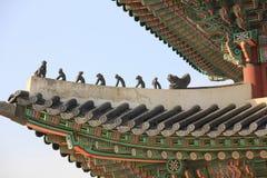 Palácio de Gyeongbokgung, telhado tradicional coreano, figuras de Japsang, Seoul, Coreia do Sul imagens de stock