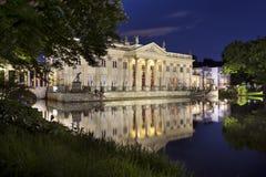 Palácio de Lazienki na noite em Varsóvia, Polônia fotografia de stock