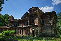 Palácio de madeira abandonado podre assombrado assustador Mansão anterior do conde Naryshkin em Bikovo, região de Ryazan Imagens de Stock Royalty Free