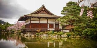 Palácio de madeira antigo com flor de cerejeira imagem de stock