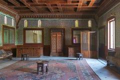 Palácio de Manial do príncipe Mohammed Ali Salão marroquino com os azulejos florais turcos azuis do teste padrão, o Cairo, Egito foto de stock royalty free