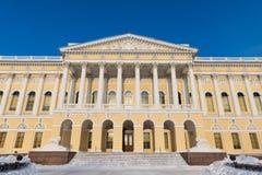 Palácio de Mikhailovsky do museu do russo do estado, St Petersburg, Rússia Fim da fachada acima imagens de stock