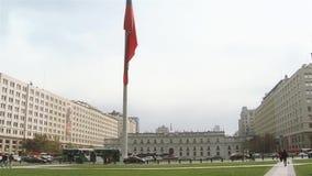 Palácio de Moneda do La e bandeira chilena, em Santiago De Chile video estoque