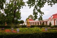 Palácio de Monplaisir no mais baixo parque de Peterhof em St Petersburg, Russ Imagem de Stock Royalty Free