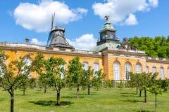 Palácio de Neue Kammern das câmaras e moinho de vento novos Windmuhle no parque de Sanssouci, Potsdam, Alemanha foto de stock royalty free