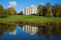 Palácio de Pavlovsk e sua tarde ensolarada da reflexão Pavlovsk, St Petersburg Rússia foto de stock