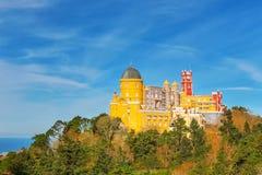 Palácio de Pena do panorama Na perspectiva do oceano Fotografia de Stock Royalty Free