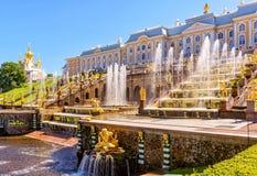 Palácio de Peterhof com a cascata grande em St Petersburg fotos de stock
