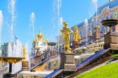 Palácio de Peterhof (Petrodvorets) em St Petersburg, Rússia Fotografia de Stock