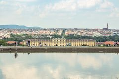 Palácio de Schonbrunn contra a arquitetura da cidade fotos de stock