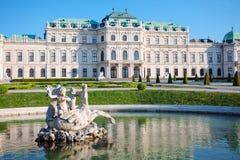 Palácio do Belvedere com estátua da fonte, Viena fotos de stock royalty free
