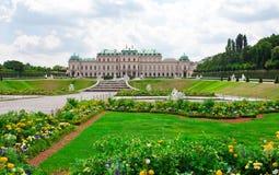 Palácio do Belvedere com flores. Viena.  Áustria fotografia de stock