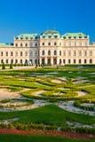 Palácio do Belvedere com um gramado bonito imagens de stock