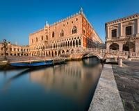 Palácio do doge iluminado aumentando Sun no nascer do sol, Veneza fotos de stock royalty free