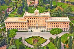Palácio do governo do Vaticano cercado por jardins manicured Vista superior da catedral de St Peter Italy imagem de stock