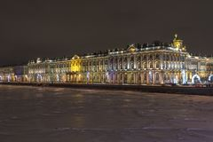 Palácio do inverno em St Petersburg, Rússia na noite fotografia de stock