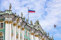 Palácio do inverno, St Petersburg - coberto com bandeira do russo imagem de stock royalty free