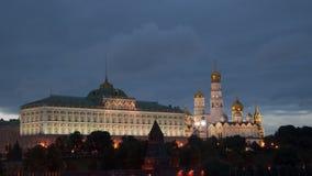 Palácio do Kremlin e catedral grandes do aviso em Moscou na noite Fotografia de Stock Royalty Free