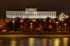 Palácio do Kremlin e catedral grandes do aviso em um fundo da terraplenagem do rio de Moskva com iluminação da noite fotos de stock