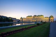 Palácio do museu do Belvedere na noite em Viena, Áustria imagens de stock