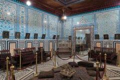 Palácio do príncipe Mohammed Ali A sala dos espelhos na construção de residência com a parede azul floral turca dos azulejos do t Imagens de Stock Royalty Free