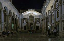 Palácio do ` s de Roman Emperor na noite na cidade histórica da separação, Croácia imagem de stock royalty free
